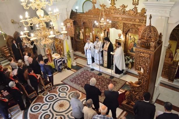 Ο Πανοσιολογιότατος αρχιμανδρίτης κ. Ιάκωβος, Πρωτοσύγκελος της Ιεράς Μητροπόλεως Θεσσαλονίκης και εκπρόσωπος του Παναγιωτάτου κ. Ανθίμου με τους ιερείς τελούν την επιμνημόσυνη δέηση για τους νεκρούς της Άλωσης της Πόλης | Φωτογραφία: Δημοσθένης Τσαβδαρίδης