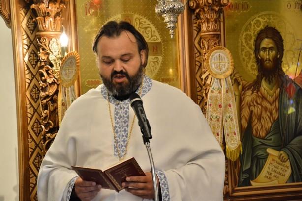 Ο πατέρας Χρήστος, εφημέριος του Ιερού Ναού Αγίας Γλυκερίας, όπου φιλοξενήθηκε η εκδήλωση | Φωτογραφία: Δημοσθένης Τσαβδαρίδης